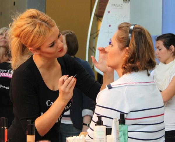 makijażystka maluje