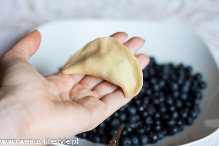 pierogi ciasto na pierogi pyszne, elastyczne przepis pierogi z jagodami farsz jak zrobić pierogi jak lepić ulepić pierogi 10